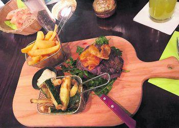 Roastbeef mit Zucchine fritte und Steakhouse Pommes.