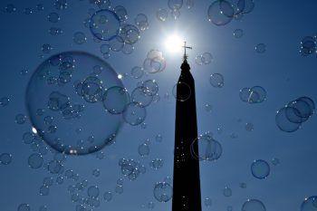 <p>Rom. Stimmungsvoll: Zahllose Seifenblasen steigen in den sonnigen Himmel auf.</p>