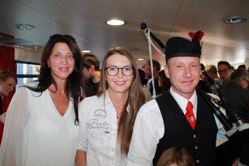 """<p class=""""caption"""">Sabine Rohner und Iris Braun mit einem """"Dudelsack""""-Spieler.</p>"""
