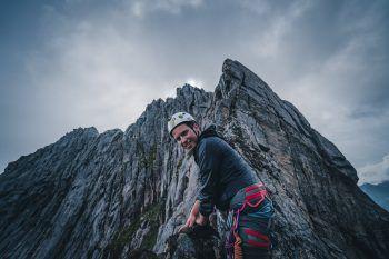 """<p class=""""caption"""">Samuel beim Klettern in den Bergen.</p>"""