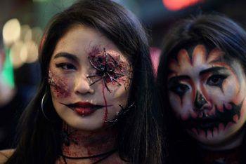 <p>Seoul. Gespenstisch: Bereits einige Tage vor Halloween zeigen diese Südkoreanerinnen ihr schauriges Make-Up.</p>
