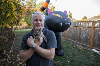 <p>Silverton. Behütet: Katzenliebhaber Chuck Hawley rettete dieses Kätzchen von der Straße.</p>
