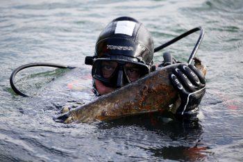 <p>Sivry-Sur-Meuse. Gefährlich: Ein Taucher eines Entschärfungskommandos birgt eine Bombe aus einem Fluss.</p>