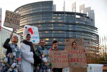 <p>Straßburg. Engagiert: Demonstranten protestieren vor dem europäischen Parlament gegen Plastikmüll.</p>