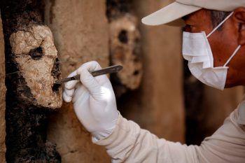 <p>Trujillo. Sorgsam: Ein Archäologe säubert eine Maske der Mochica in einer Grabstätte in Peru.</p>