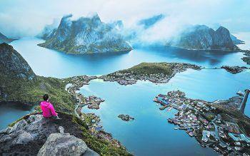 """Vom Berg """"Reinbringen"""" aus kann man einen wunderschönen Blick auf die Hafenstadt Reine genießen. Fotos: Samuel Nussbaumer Photographie"""