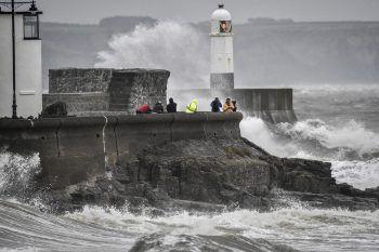 Wales. Stürmisch: Wellen brechen an der Küste von Süd-Wales.