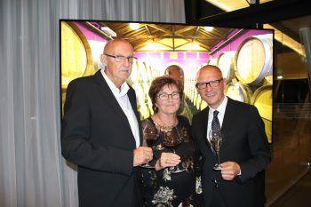 """<p class=""""caption"""">Wilfried und Hildegard Mayr mit Stefan Moosbrugger.</p>"""