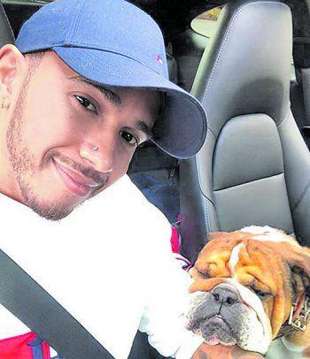 """<p>Zufrieden: Lewis Hamilton wünscht seinen Fans """"Positivity"""".</p>"""