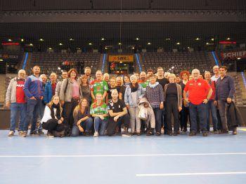 """<p class=""""caption"""">40 Handballfans aus Hard erlebten in Stuttgart ein ganz besonderes Sportevent mit Spitzenhandballer Robert Weber aus Hard in der Bildmitte.  </p>"""