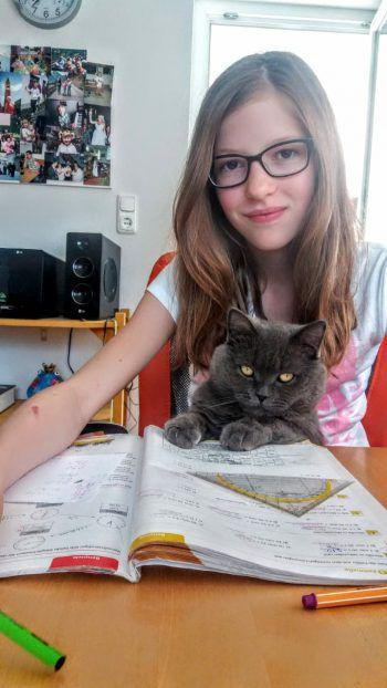 """<p class=""""caption"""">Alissa (11) mit ihrem """"Einsager"""" Jack.</p>"""