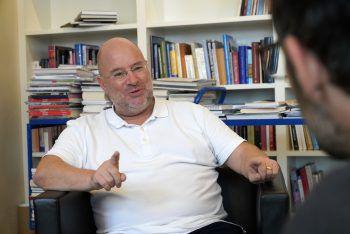 """<p class=""""caption"""">Andreas Rudigier im Gespräch mit WANN & WO-Redakteur Harald Küng.</p>"""