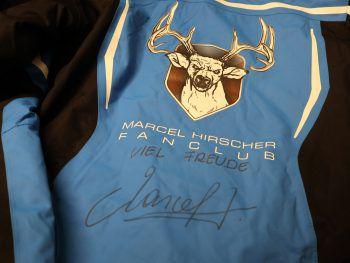 """<p class=""""caption"""">Auch die Fanclub-Jacke von Marcel Hirscher kommt unter den Hammer. Fotos: WANN & WO</p>"""