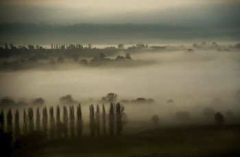 <p>Avranches. Gespenstisch: Dicke Nebelschwaden sorgten für düstere Stimmung in Teilen Nordfrankreichs.</p>