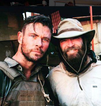 Cool Guys: Chris Hemsworth und Sam Hargrave posieren locker -lässig für ein Instagramfoto aus Indien. Fotos: Instagram