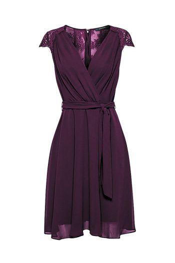 """<p class=""""caption"""">Das Chiffon-Kleid mit Spitze von Esprit kann alltagstauglich oder schick kombiniert werden. Es ist in Bordeauxrot, Schwarz oder Flaschengrün erhältlich. Preis: 89,99 Euro.</p>"""