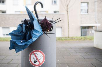 """<p class=""""title"""">Mülleimer benutzen</p><p>Ja, es ist tatsächlich so simpel, wie es klingt. Wenn gerade kein Kübel in der Nähe ist, eben einstecken oder in der Hand halten, bis man den nächsten erreicht. Für Raucher gilt: Zigarettenstummel nicht auf den Boden werfen! Denn bis die vollständig verrotet sind, kann es ganze 15 Jahre dauern. Die Lösung heißt Taschenaschenbecher.</p>"""