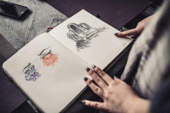 """<p class=""""caption"""">Das Zeichnen hilft Angelina, ihre Gefühle zu verarbeiten. Ihr Tagebuch ist voll von diesen Bildern.</p>"""