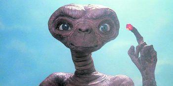 Der Außerirdische E.T. telefoniert seit Freitag auf Netflix nach Hause. Fotos: UPI, Warner,