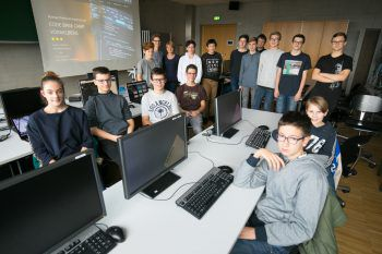 """Derzeit läuft das zweite Modul des """"Code Base Camp"""", bei dem die Jugendlichen Programmieren lernen. Fotos: Hartinger; Sams"""