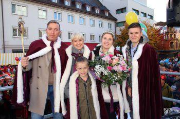 Die neue Prinzenfamilie stellt sich vor: Markus II. und Elke II. mit den Infanten Leandro, Eileen und Alessandro.