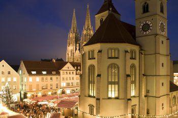 Die Reisenden erwartet in Regensburg wundervoll weihnachtliches Ambiente und zahlreiche Verkaufsstände, an denen man bestimmt das ein oder andere Weihnachtsgeschenk findet. Fotos: handout/Weiss Reisen, Shutterstock