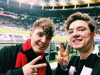 <p>Doppelpack: Heiko und Roman Lochmann lächeln fröhlich in die Kamera und genießen ein Spiel in Frankfurt.</p>