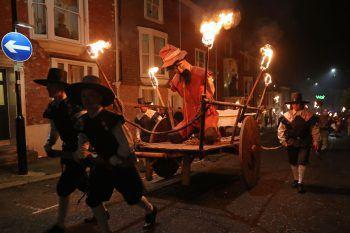 <p>East Sussex. Legendär: Ein Fackelzug in Lewes erinnert an den britischen Freiheitskämpfer Guy Fawkes.</p>