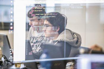 """<p class=""""caption"""">Im """"Code Base Camp"""" erfahren interessierte Jugendliche, was wirklich hinter Webseiten und Games steckt und erlernen die ersten Basics in Sachen Programmieren. </p>"""