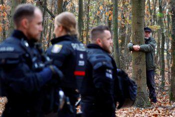 <p>Frankfurt. Engagiert: Ein Umweltschützer klammert sich im Treburer Wald an einen Baum. Ein Teil des Forsts sollte für eine Erweiterung des Flughafens gerodet werden.</p>