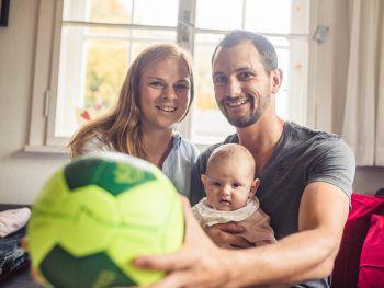"""<p class=""""caption"""">Handball und Baby lassen sich gut miteinander kombinieren.</p>"""