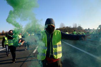 Hunderttausende Franzosen demonstrierten gestern in gelben Warnwesten gegen die Erhöhung der Mineralölsteuer. Foto: Francois Lo Presti/AFP