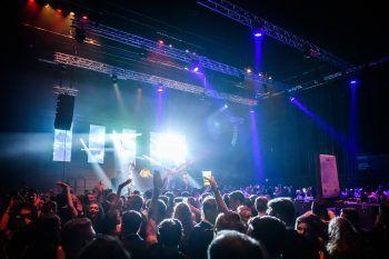 "<p class=""caption"">""It's Party-Time"" – die DJs brachten die Menge zum Brodeln.</p>"