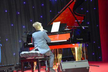 """<p class=""""caption"""">Joshua Pichler während seinem Auftritt am Klavier.</p>"""