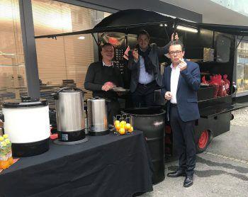 Jürgen Kessler (Mitte) und Hans-Peter Metzler (rechts) durften schon vorab die köstlichen Maroni probieren.Fotos: Wirtschaftsbund Vorarlberg