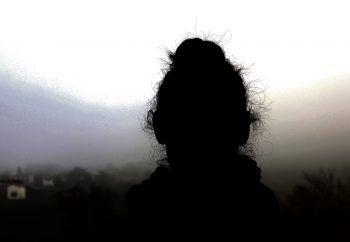 Julia wurde von ihrem Partner immer wieder misshandelt, sie vertraute jedes Mal darauf, dass er sich ändert – bis es ihr nach zwei Jahren endgültig reicht und sie ins Vorarlberger Frauenhaus flieht.Foto: WANN & WO/Förtsch