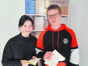 Lea (16) und Elias (15) sind für das Marketing der Veranstaltung zuständig. Foto: W&W