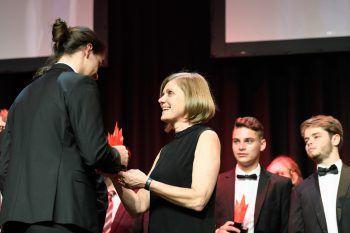 """<p class=""""caption"""">LR Barbara Schöbi-Fink gratulierte den Absolventen.</p>"""