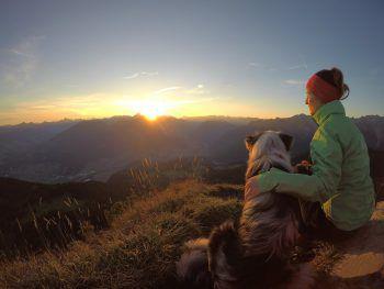"<p class=""caption"">Martina und Sky genießen den Sonnenaufgang auf der Mondspitze.</p><p class=""caption"" />"