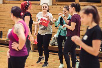 """<p class=""""caption"""">Martina verteilt Traubenzucker zur Stärkung an Lisa, Tamara und Mary.</p>"""