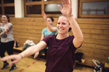 """<p class=""""caption"""">Mary studiert die ersten Tanzschritte ein.</p>"""