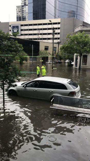 <p>Melbourne. Überflutet: Ein Pkw steht nach einem Unwetter in den überschwemmten Straßen der australischen Stadt. Fotos: AFP, APA, Reuters, AP</p>