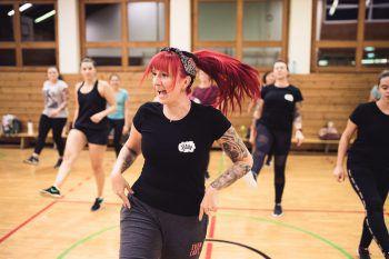 """Mit """"Rock the Billy"""" vermittelt Trainerin Martina Tanzschritte aus den 50ern – zusammen mit dem Workout eine ideale Kombination aus Training und Tanz.Fotos: Sams"""