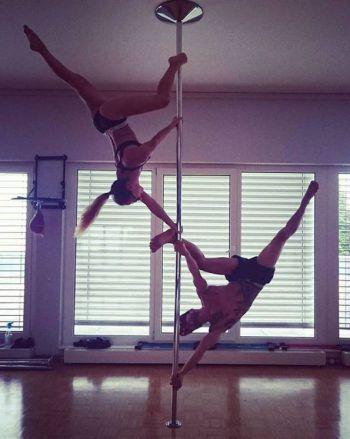 """<p class=""""caption"""">Nandino fand Pole-Dance einfach cool und probierte es aus.</p>"""