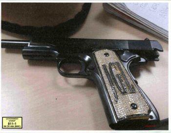 """<p>New York. Schwerwiegend: Die Pistole von Joaquin """"El Chapo"""" Guzman dient als Beweisstück im Prozess um den Drogenbaron.</p>"""
