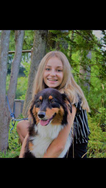 "<p class=""caption"">Nina mit ihrem Hund Lennox.</p>"