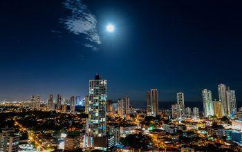 <p>Panama City. Strahlend: Der Vollmond leuchtet über der Hauptstadt von Panama.</p>