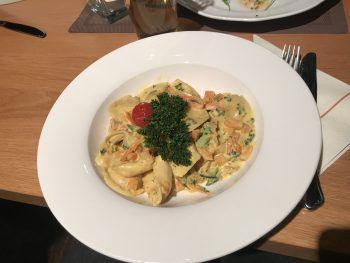 Passend zur Jahreszeit: Kürbisravioli mit knackigem Gemüse.