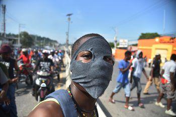 <p>Port-au-Prince. Dagegen: Ein Teilnehmer einer Demonstration gegen Korruption auf Haiti.</p>