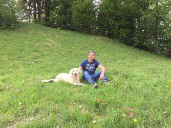 """<p class=""""caption"""">Rainer mit seinem besten Freund auf vier Pfoten.</p>"""